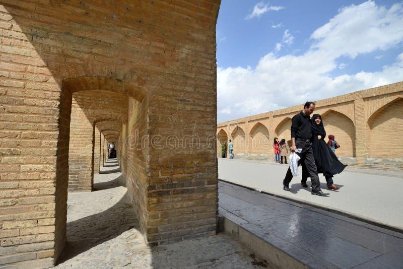 Leute auf Siosepol-Brücke in Isfahan, der Iran lizenzfreies stockfoto