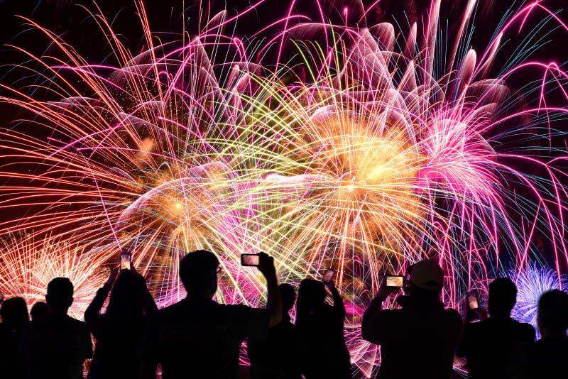 Leute-aufpassendes Feuerwerk lizenzfreies stockfoto