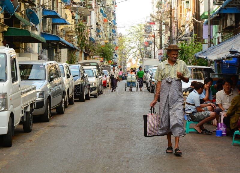Leute, Autos und Fahrräder auf den Straßen in Mandalay lizenzfreie stockbilder