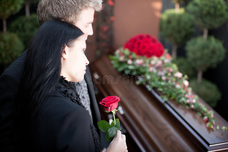 Leute am Begräbnis mit Sarg stockfoto