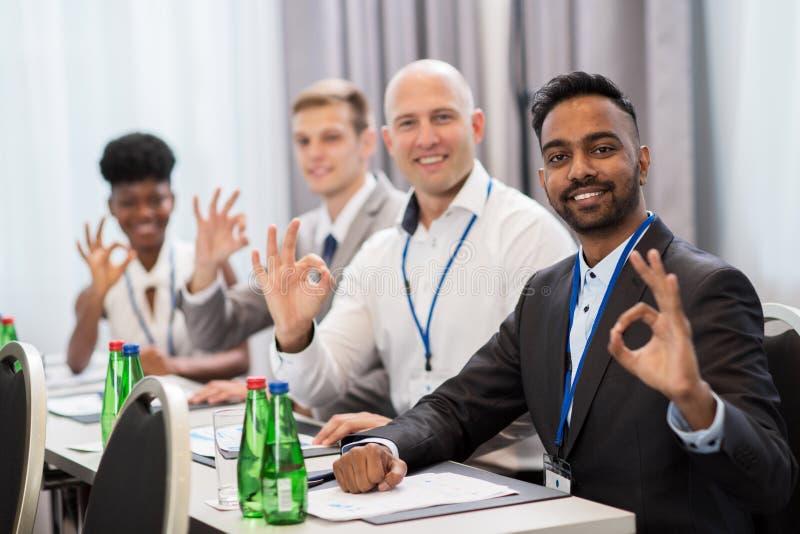 Leute bei der Geschäftskonferenz, die okayhand zeigt, unterzeichnen lizenzfreie stockfotos