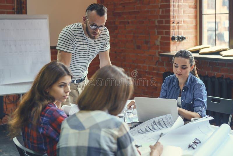Leute bei der Sitzung lizenzfreie stockfotos