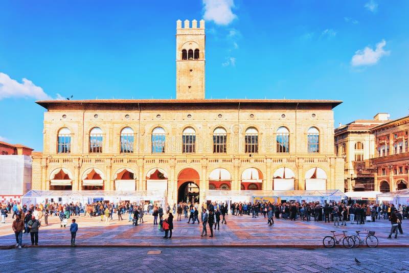 Leute bei Palazzo Del Podesta auf Marktplatz Maggiore-Quadrat-Bologna stockfoto