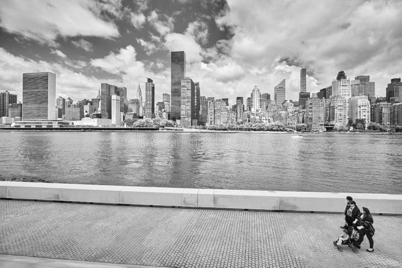 Leute beim Franklin D Roosevelt Four Freedoms Park-Promenade mit großen New- Yorkskylinen lizenzfreies stockbild