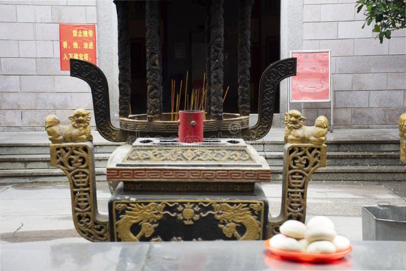 Leute benutzen chinesische gedämpfte Brotbrötchen, oder Opfer-Angebotnahrung Mantou für beten Gott und Denkmal zum Vorfahr in Tia stockfotografie