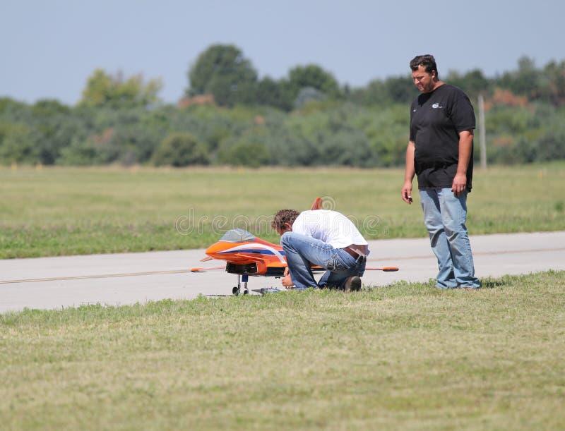 Leute bereiten vorbildliches Airplane für Flug vor stockfoto
