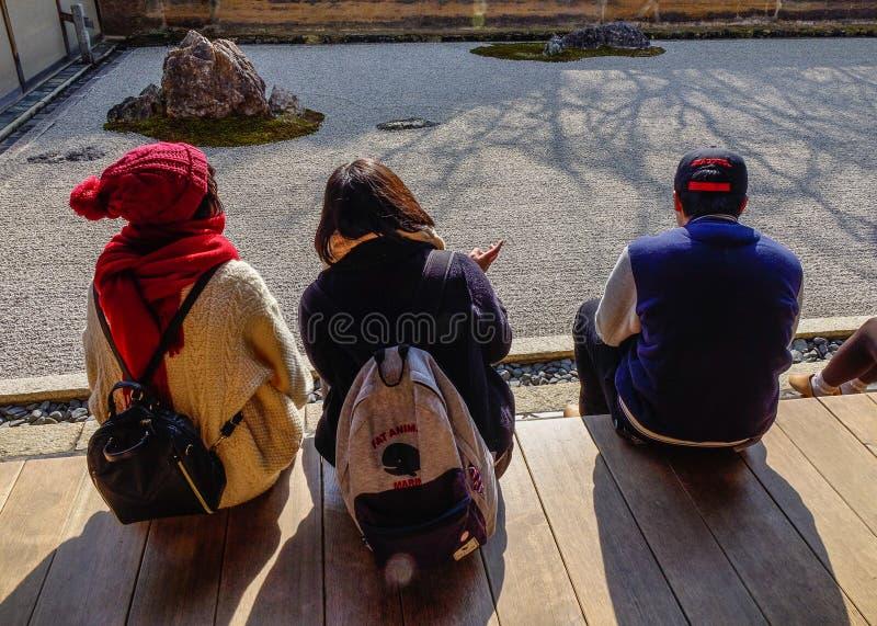 Leute besichtigen einen Steingarten in Kyoto, Japan stockfotografie