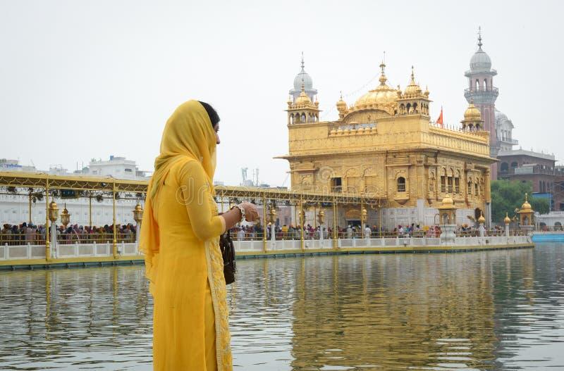 Leute besuchen den goldenen Tempel in Amritsar, Indien stockfotografie