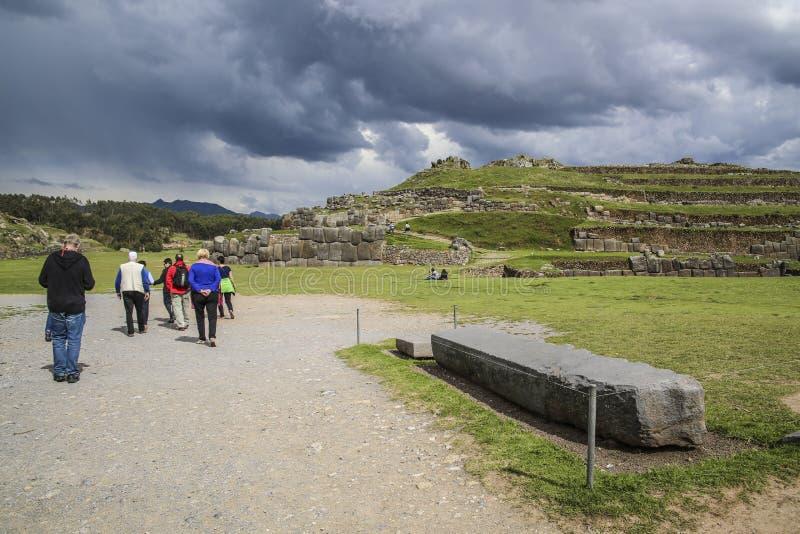Leute besuchen die alten sacsayhuaman Wände lizenzfreies stockfoto