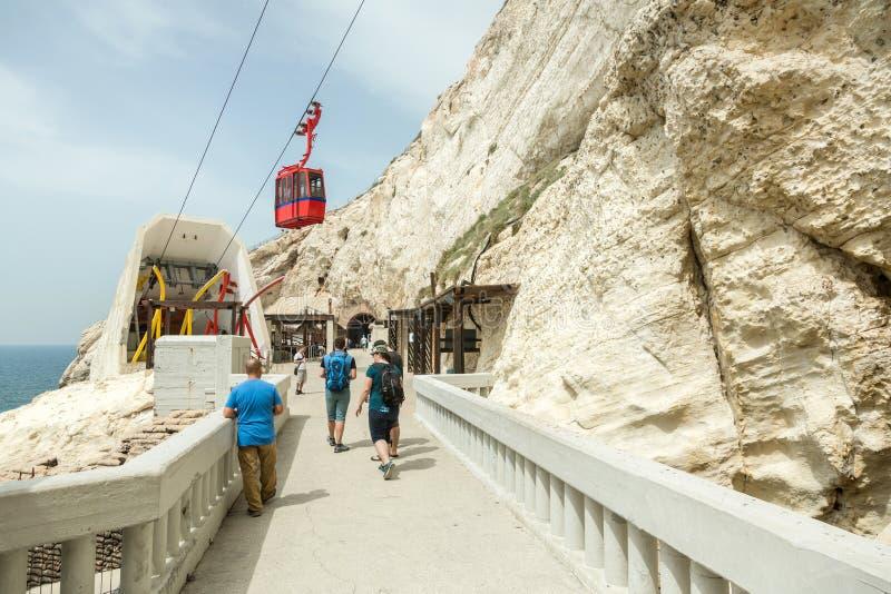 Leute besuchen Rosh Hanikra, populäres Touristenort zum Norden von Israel auf der Grenze mit Libanon stockbild