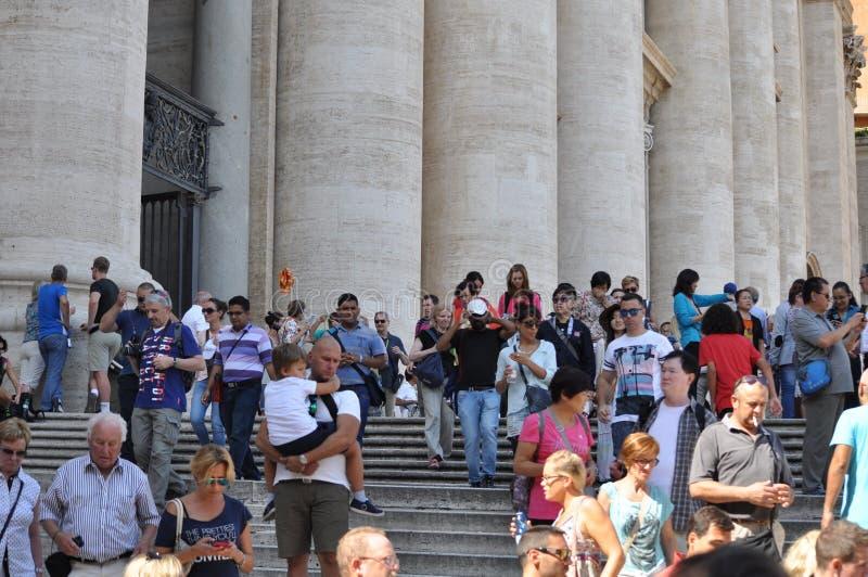 Leute besuchen St Peter Basilika in Vatikan lizenzfreies stockfoto