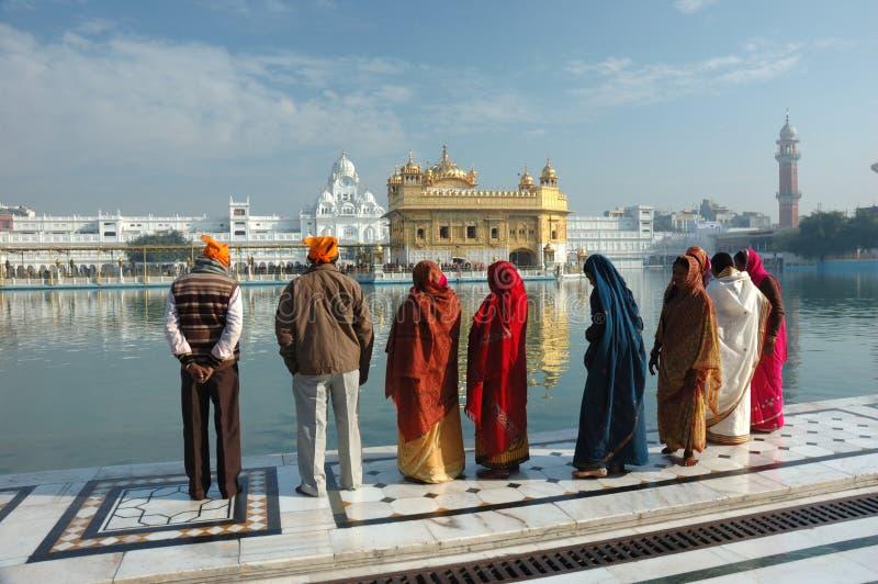 Leute beten in heiligem See, goldener Tempel, Amritsar, Indien lizenzfreie stockbilder
