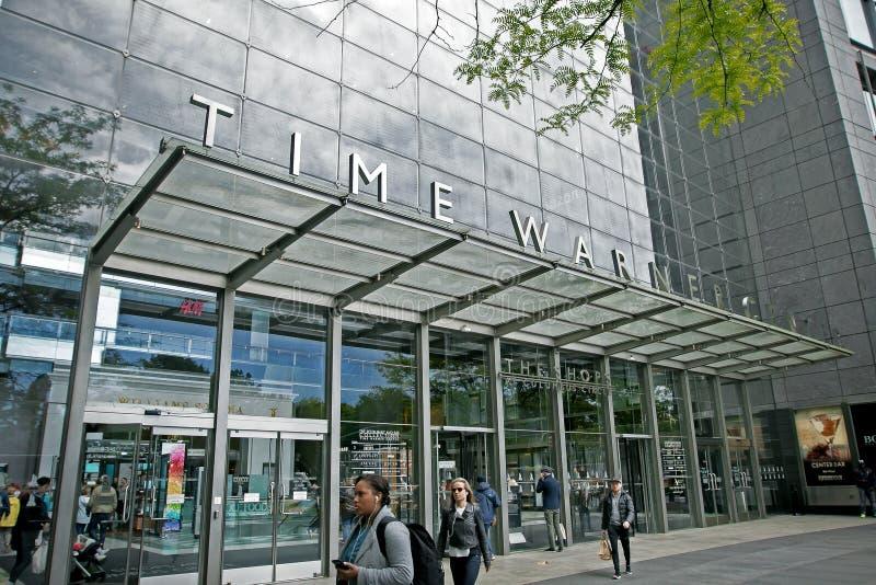 Leute bis zum Zeit Warner Center lizenzfreie stockfotografie