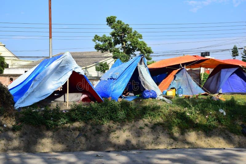 Leute bleiben auf einem offenen Boden nach Erdbebenunfall lizenzfreies stockfoto