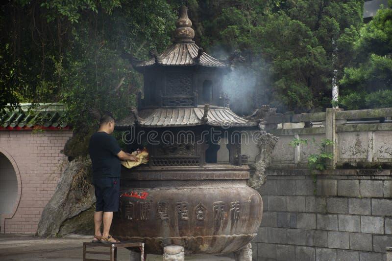 Leute brennen Josspapier und brannten als Opferangebot f?r beten zum Gott und zum Denkmal zum Vorfahr in Tiantan-Tempel bei China stockbild
