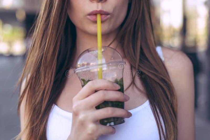Leute-Brustkasten des jugendlich Altersstrandes einen Patzer machen frecher vorbildlicher gesundes Fruchtkonzept Geerntet nah her stockfoto