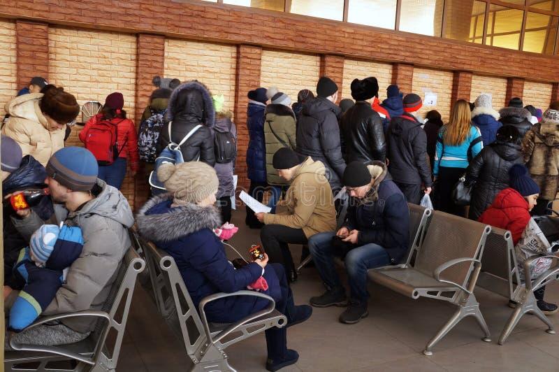 Leute am Busbahnhof! lizenzfreies stockbild