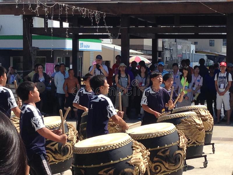 Leute in den ethnischen Kostümen, die Trommeln in Qimei-Insel Taiwan spielen stockbild