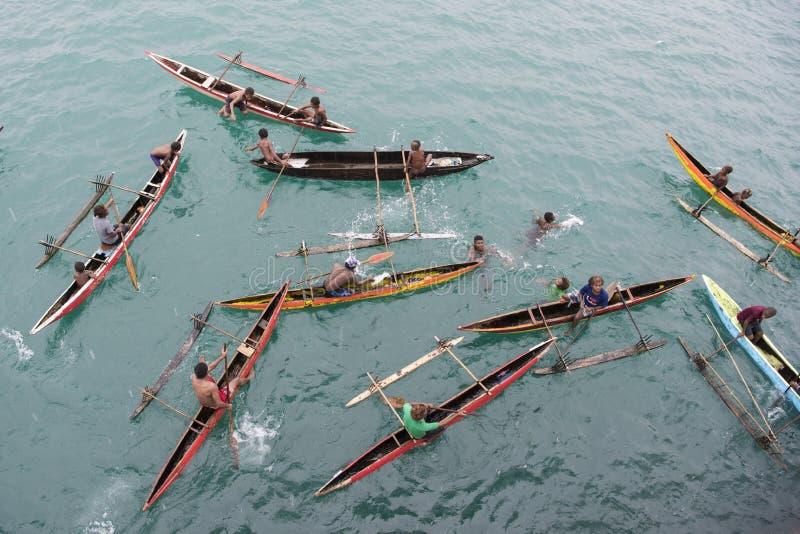 Leute in den Kanus auf Pazifischem Ozean stockfotos