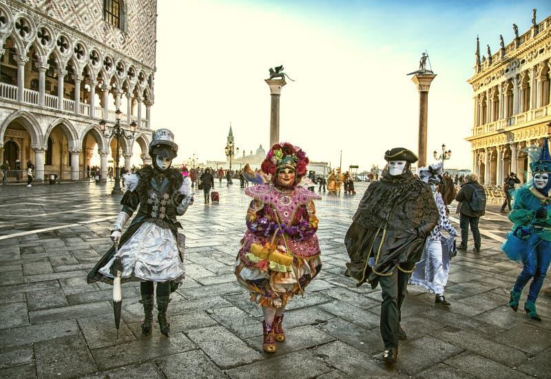 Leute in den Masken und Kostüme auf venetianischem carnival-06 02 Venedig 2016 lizenzfreies stockbild