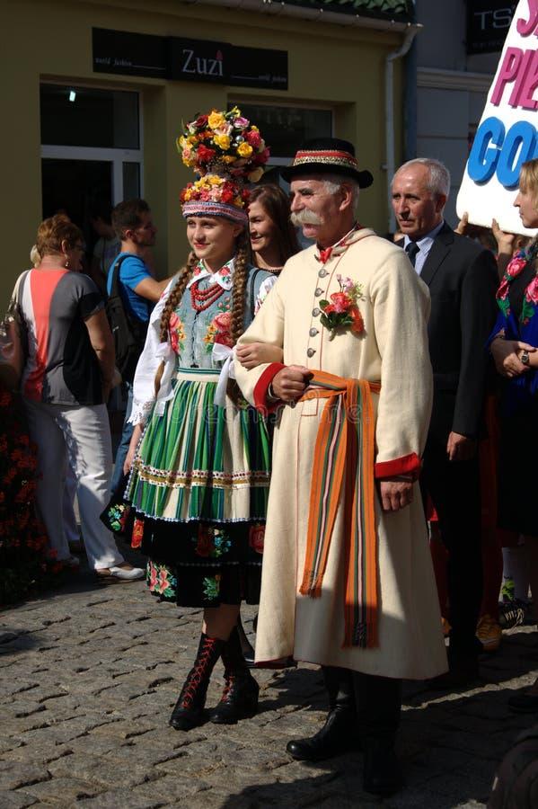 Leute in den nationalen Kostümen stockfotos