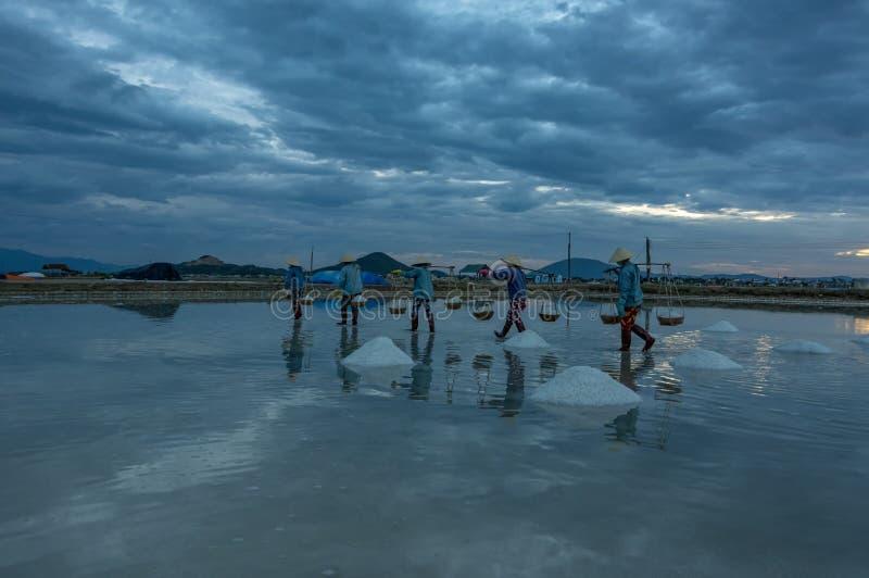 Leute in den traditionellen Dörfern machten Salz vom Meer hatten 18. Jahrhundert lizenzfreie stockfotografie
