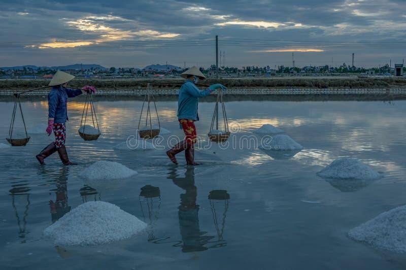 Leute in den traditionellen Dörfern machten Salz vom Meer hatten 18. Jahrhundert part2 lizenzfreies stockbild