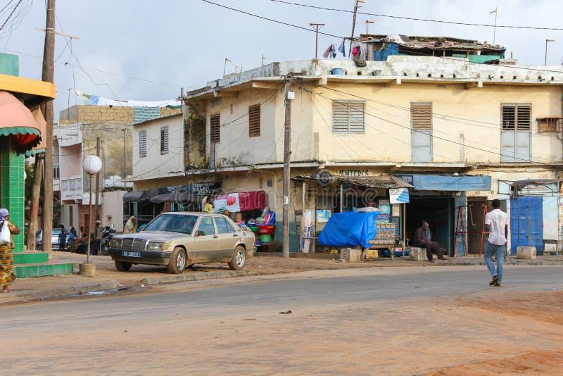 Leute in den Vororten von der Stadt von Dakar in Senegal lizenzfreie stockfotografie