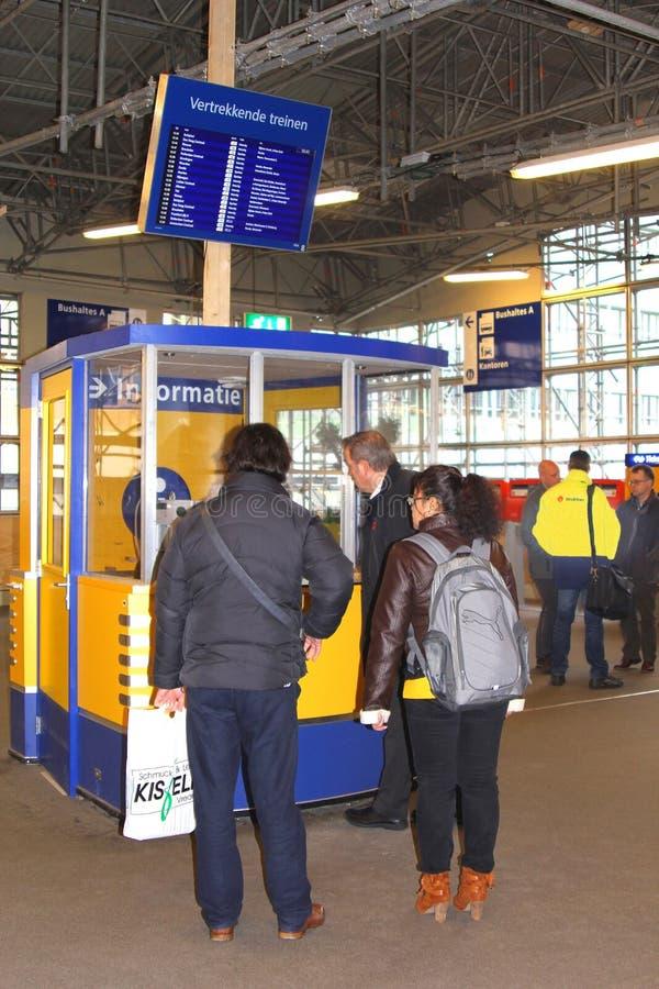 Leute an der Auskunft am zentralen Bahnhof in Utrecht, die Niederlande lizenzfreies stockfoto