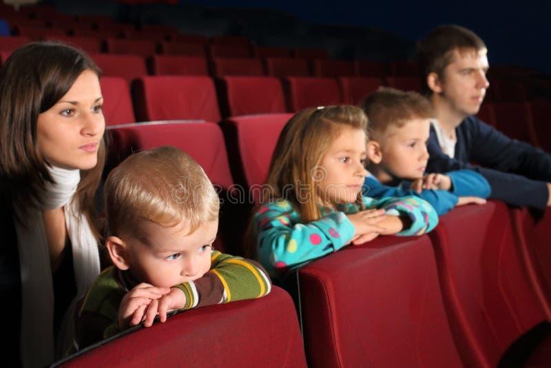 Leute der fünfköpfigen Familie, die einen Film aufpassen stockbild