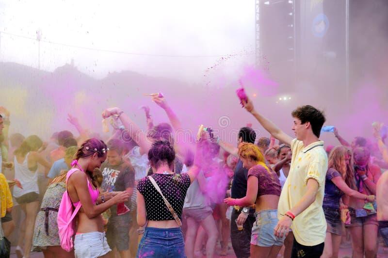 Leute an der Farbpartei Pringles Holi an FLUNKEREI (Festival Internacional de Benicassim) Festival 2013 lizenzfreies stockfoto