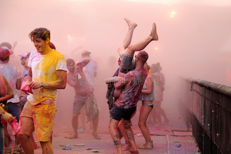 Leute an der Farbpartei Pringles Holi an FLUNKEREI (Festival Internacional de Benicassim) Festival 2013 stockfotos