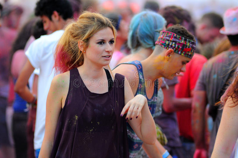 Leute an der Farbpartei Pringles Holi an FLUNKEREI (Festival Internacional de Benicassim) Festival 2013 stockbild