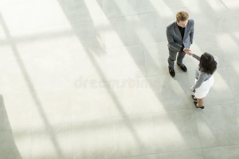 Leute an der Halle im Bürogebäude lizenzfreies stockfoto