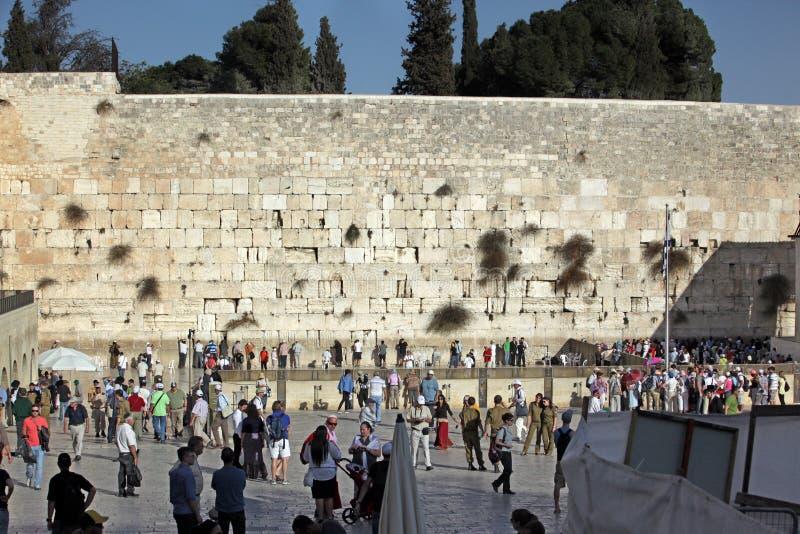 Leute an der Klagemauer stockbilder