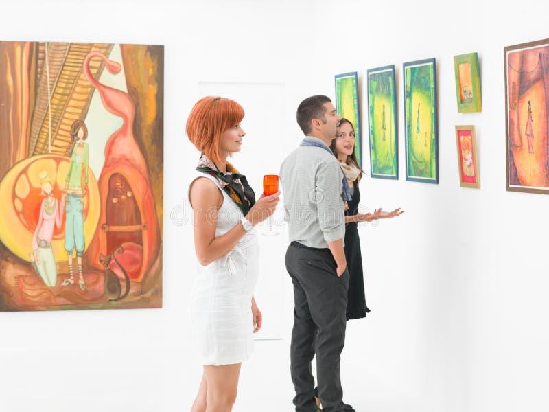 Leute in der Kunstgalerie stockbilder