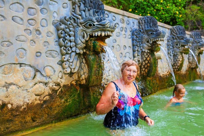 Leute in der natürlichen Luft Panas Banjar der heißen Quelle auf Bali stockbild