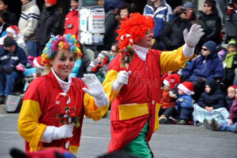 Leute in der Weihnachtsmann-Parade -2010 lizenzfreie stockfotografie