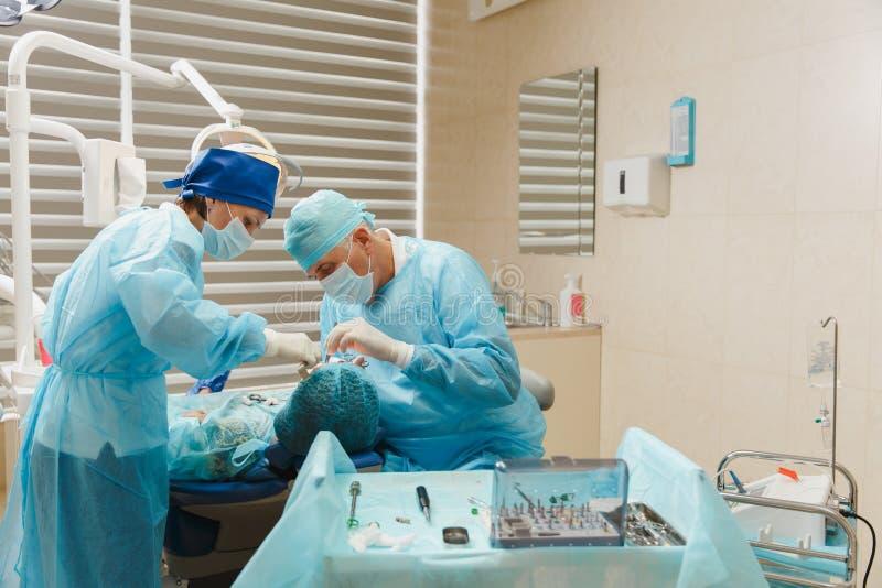 Leute in der zahnmedizinischen Klinik behandeln ihre Zähne lizenzfreie stockfotografie