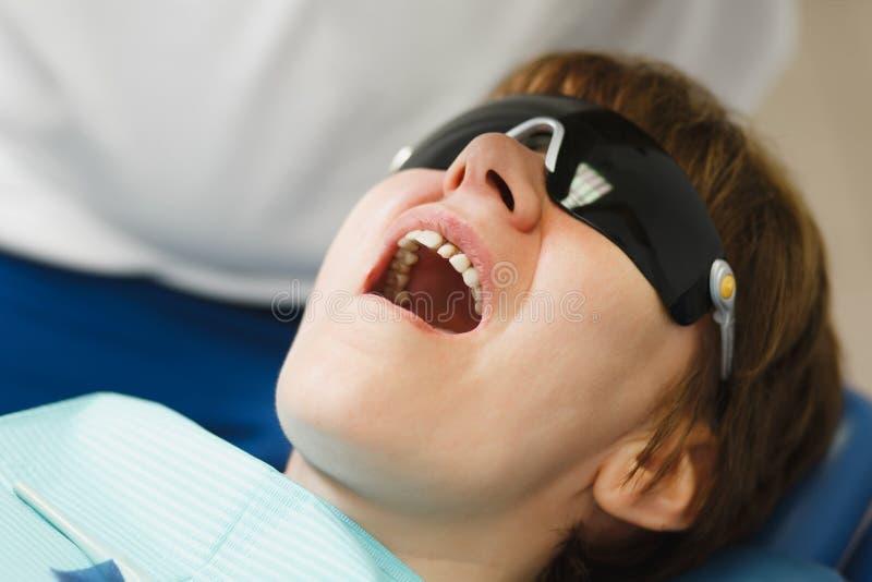 Leute in der zahnmedizinischen Klinik behandeln ihre Zähne stockbilder