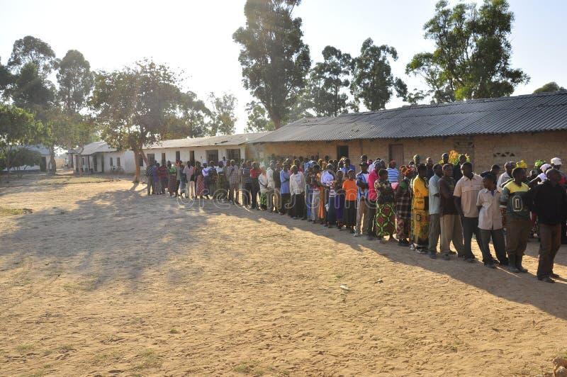 Leute in der Zeile, die wartet, um ihre Abstimmung abzugeben lizenzfreie stockfotografie