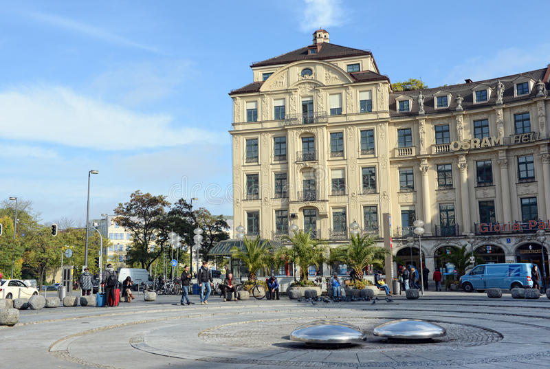Leute, die über den gehen Platz Stachus (Karlplatz) in München stockbild