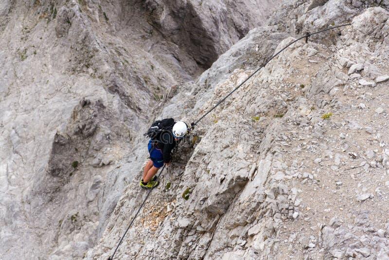 Leute, die an über ferrata zu Dachstein-Gletscher am 17. August 2017 in Ramsau morgens Dachstein, Österreich klettern lizenzfreies stockbild