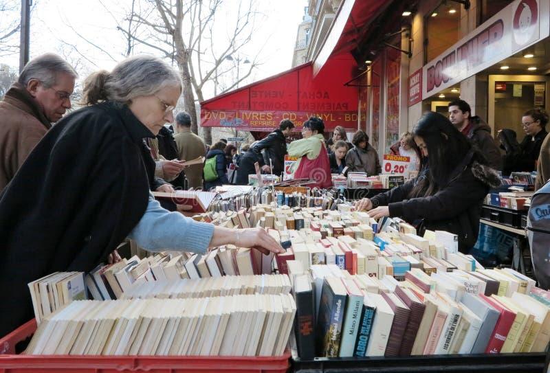 Leute, die alte Bücher kaufen stockfoto