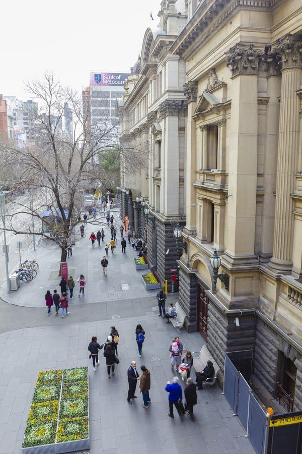 Leute, die außerhalb MelbourneRathaus in Melbourne im Winter gehen lizenzfreies stockbild