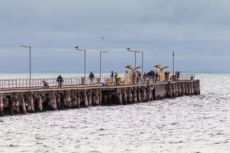 Leute, die auf Ardrossan-Anlegestelle auf Yorke-Halbinsel Süd-Austr fischen stockbilder