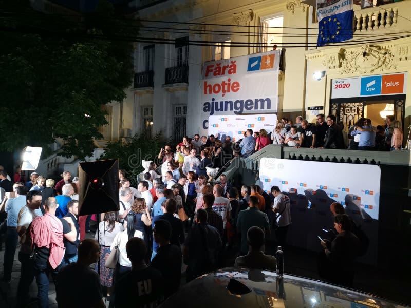 Leute, die auf das Ergebnis in der Wahl des Europäischen Parlaments bei Alliance 2020 USR-PLUS Hauptsitze in Bukarest warten stockfoto