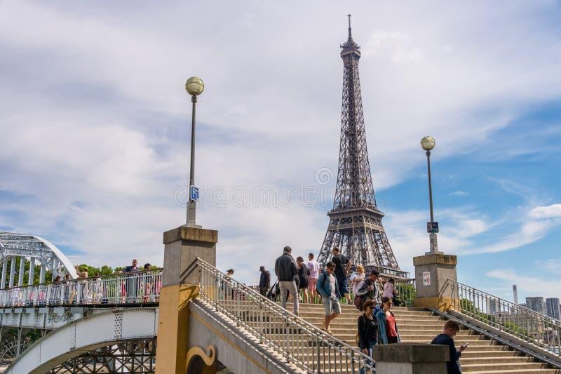 Leute, die auf Debilly-Steg mit Eiffelturm im Ba gehen stockfoto