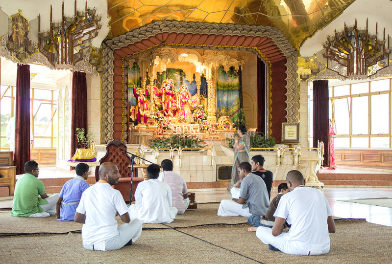 Leute, die auf dem Boden von Hasen Krishna Temple sitzen durban lizenzfreie stockfotografie