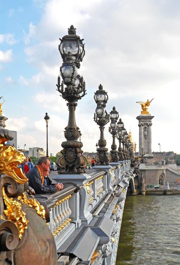Leute, die auf dem Pont Alexandre III stehen lizenzfreies stockbild